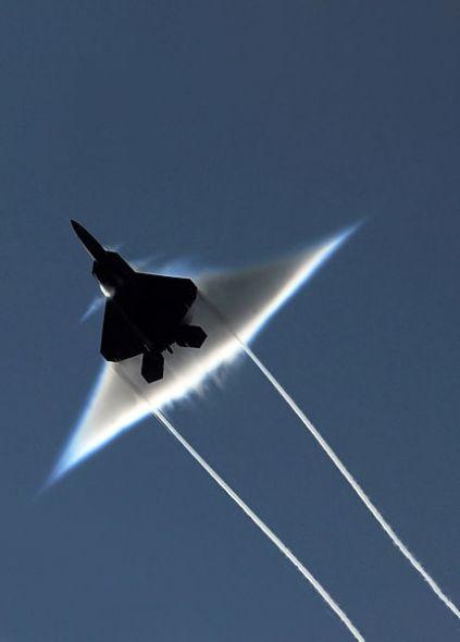 """F-22""""猛禽""""战斗机超音速飞行"""