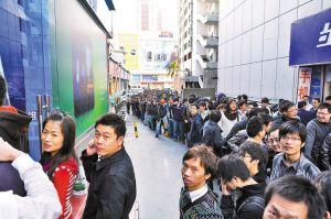昨日,深圳华强北两间meizu专卖店门前聚集了上千名魅粉他们异口同声期待国产魅族M9手机。