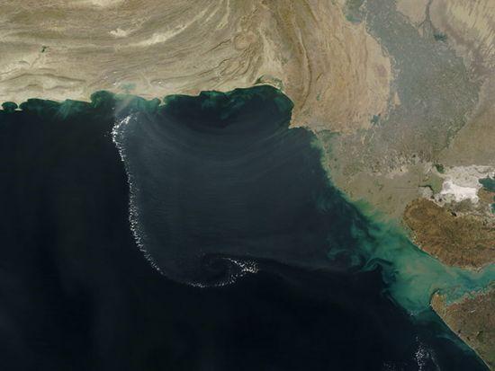 阿拉伯湾半圆形大气重力波