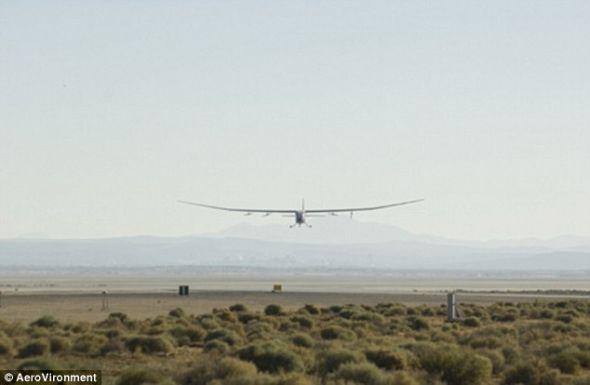 """现有无人机的外形像飞机,例如价值3000万美元的""""全球观察者""""(Global Observer)新型无人机,而新型无人机的目的是悄悄潜入敌军战线进行侦查。"""