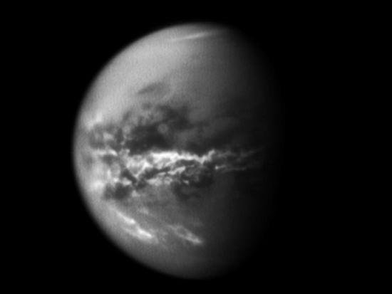 NASA的卡西尼探测器不断记录着土卫六的天气变化,这一次,它注意到这颗星球的赤道地区出现了一条狭长的云带