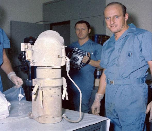 这是1969年11月阿波罗-12号任务后被送回地球的勘测者-3号着陆器相机设备。在宇航局的月球接收实验室,技术人员正在对其进行处置。随后这一相机设备将被打包供进一步分析,其中就包括细菌检测。