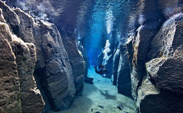这片海底遍布断层、裂谷、火山和海底热泉,地质活动非常频繁,非常适合探险