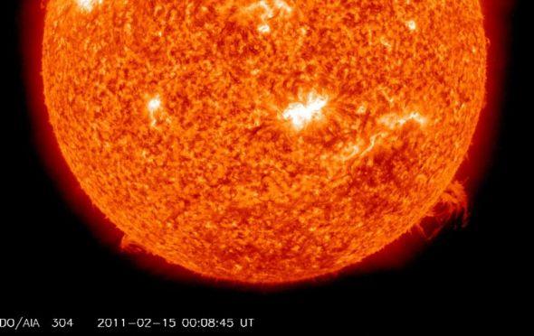 照片由美国宇航局的太阳动力学观测卫星于2011年2月14日拍摄,呈现了4年来最猛烈的太阳耀斑,太阳中部的黑子是此次耀斑的源头