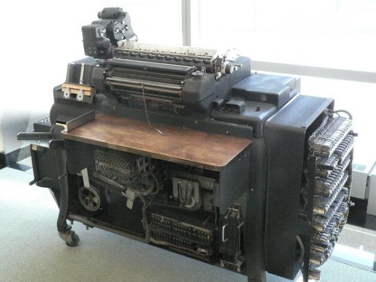 1934年,IBM推出机电驱动的405型字母会计运算机