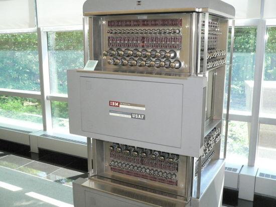 1958年,IBM为北美防空系统研发SAGE AN/FSQ-7计算机