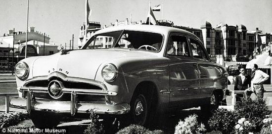 1949年产的福特是一款较为简单的汽车,但从商业角度上说,这却是一款富有革命性的汽车。它是福特的设计师与自由设计师之间展开的设计比赛的产物