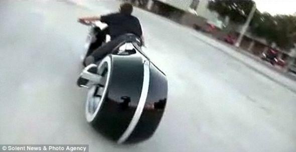 这辆摩托车的最高时速可达120英里(193.12公里),目前可以在线购买