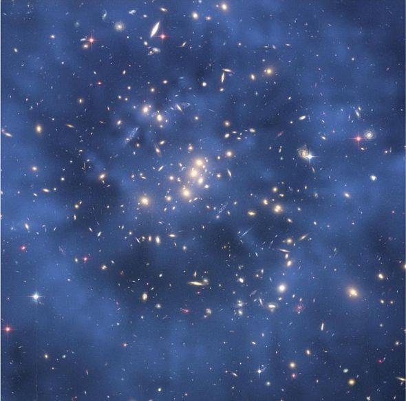 """哈勃太空望远镜的图片显示,天文学家认为可能是在很多年前两个星系簇发生大规模碰撞时形成的""""暗物质环"""""""
