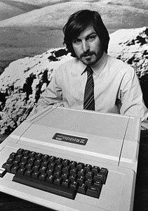 乔布斯在库珀蒂诺推出了新款苹果II电脑。