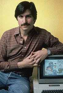 1977年 乔布斯与苹果II电脑合影。