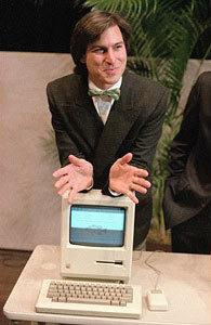 1984年 在当天的股东大会结束后,乔布斯倚靠在苹果II电脑上。这款产品定价为2495美元。