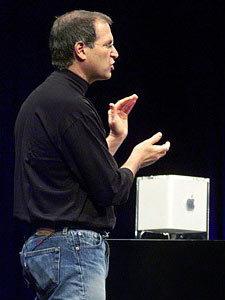 乔布斯2000年7月19日在MacWorld大展上发表主题演讲,并介绍了最新的Power Macintosh G4,这是一款只有8英寸(约合20.3厘米)见方的正方形电脑。