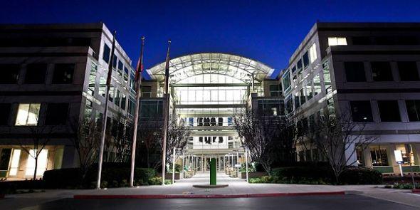 2011年8月24日,乔布斯宣布卸任苹果CEO。苹果董事会任命前COO蒂姆・库克(Tim Cook)出任新CEO。(书聿)
