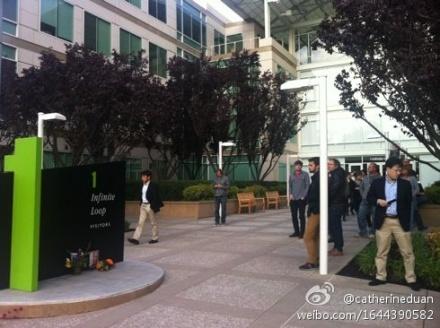 神情落寞的蘋果員工默默地站在喬布斯的照片前,現場鴉雀無聲。