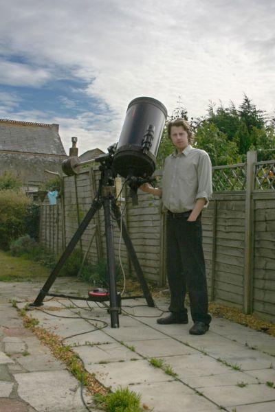 站在自家后院的比奇,旁边就是他的天文摄影装备