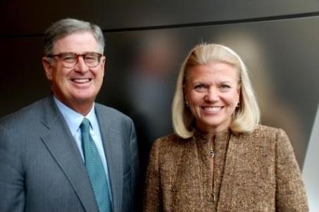 图左为彭明盛,右为IBM新CEO弗吉尼亚·罗曼提(Virginia Rometty)为总裁兼CEO