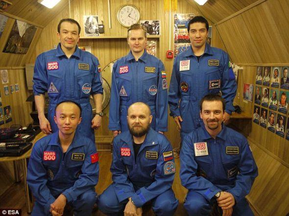 这张照片是在9月拍摄的,火星500机组成员在一项为期520天的模拟火星任务结束后,将于4日走出俄罗斯的密封舱