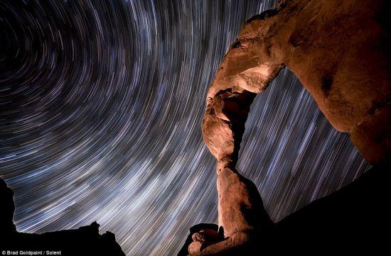 摄影师布拉德-哥德彭特利用延时技术,夜间在犹他州汤普森拱门国家公园拍摄到这张令人惊叹的恒星图