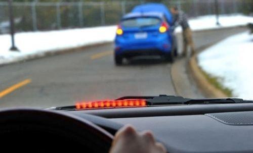 互联汽车防撞系统:美国交通部称,司机一侧挡风玻璃上的一排红色发光二极管灯,暗示着前方有危险