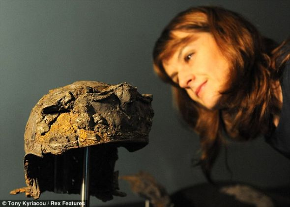 大英博物馆的专家用了3年时间将1000个小碎片拼接在一起,复原这个古罗马头盔