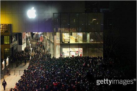 北京,苹果三里屯旗舰店外排队人群(新浪微博网友@李锋 凌晨1点摄影)