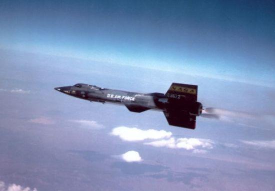 """X-15仍旧是空中速度纪录保持者,成绩为每小时4519英里(约合每小时7272公里),于1967年创造。斯塔克斯设计的""""音速之风""""采用X-15的发动机,具备打破陆上速度纪录的实力"""