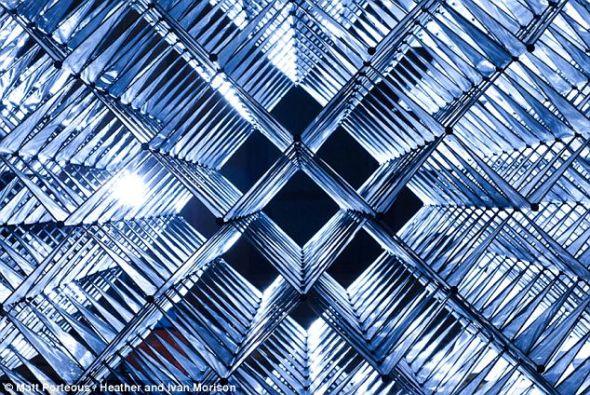 结构中小型的三角形元件呈30度角展开,组成一个紧密结合的立方体。