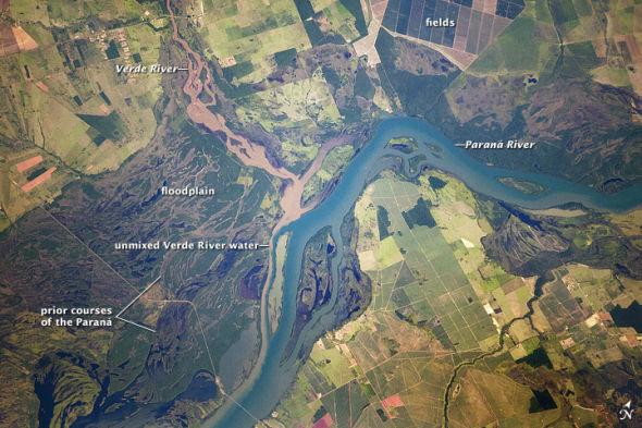 每日卫星照:巴西河流泛滥平原似蓝色丝带