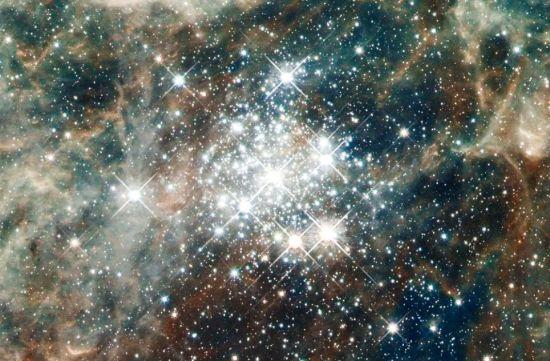 星团霍奇301已有2000万到2500年历史,拥有许多年迈的红巨星,这意味着它是个相当古老的星团了。已有约40个大恒星爆炸,成为超新星。