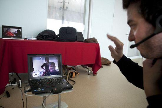 杜克在距离机器人100公里的医院里想象抬起他的手指指挥机器人