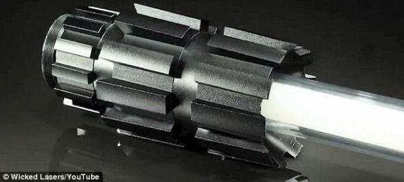这款激光剑价格不菲,高达400美元,其中剑柄100美元,Spyder 3激光器300美元