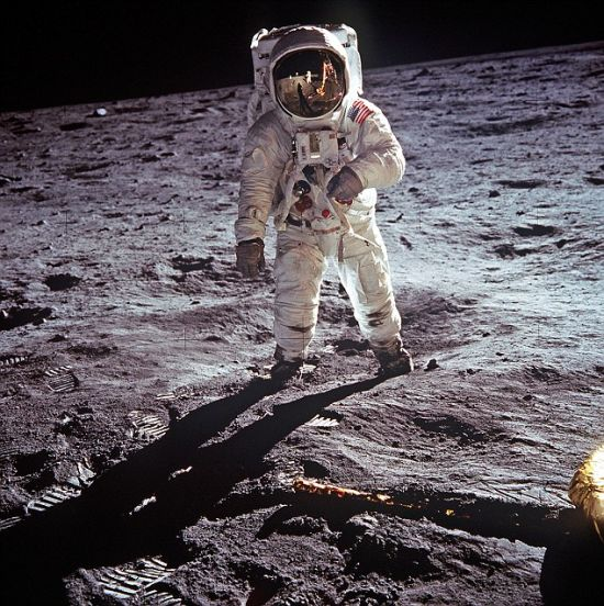 这张照片展示了宇航员阿姆斯特朗踏上月球后的情景。他在1969年7月20日进行的阿波罗11号载人飞船月球登陆任务中担任指挥官。