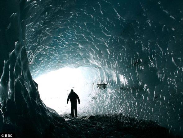 太空梦想家布莱恩-考克斯教授正在探索冰岛瓦特纳冰川下方的冰洞。考克斯很想知道能否在木星的卫星上发现类似洞穴