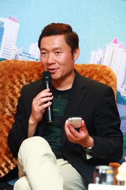 联想集团副总裁、中国区首席市场官魏江雷在乐Phone跑者媒体沟通会上和媒体交流