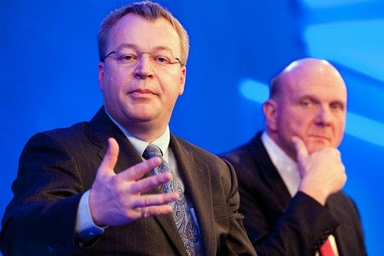 诺基亚CEO史蒂芬・埃洛普。在他的身后,微软CEO史蒂夫・鲍尔默默默注视,若有所思