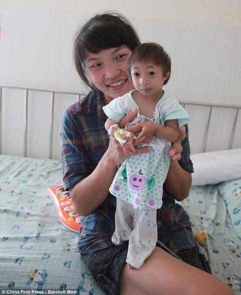 小人:梁晓晓总是面带微笑,还时常表现出活泼可爱的天性,举止和其他孩子没两样。但她可能是世界上最小的女孩。