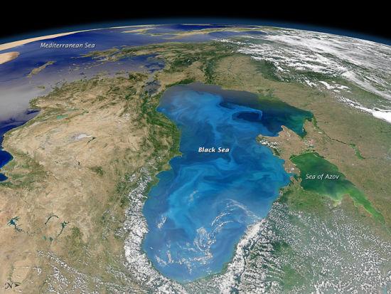 这幅照片是美国宇航局Aqua卫星上的中分辨率成像光谱仪(MODIS)于2012年7月15日拍下的。黑海表面被一大片亮丽的蓝绿色悬浮物覆盖。