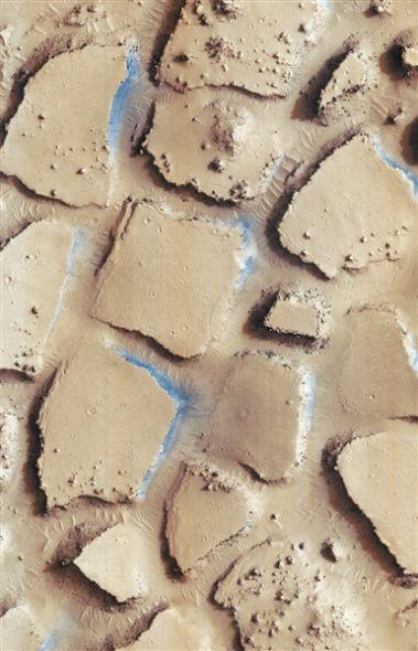 美国宇航局公布的火星火山灰块。这里布满了火山灰,加上正在流动的火山熔岩,构筑了如同地球旱地般的景象。