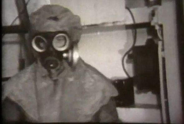 一位科学家正在准备进行细菌实验,一共有3500只老鼠和83只猕猴参与了此项试验并因此死于非命