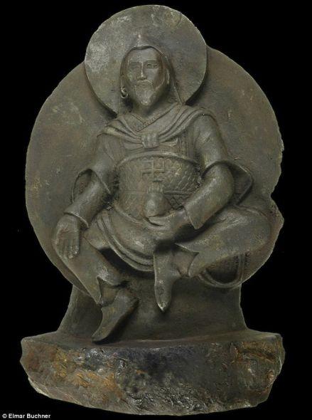 这尊佛像最初是1938年由纳粹的一支远征队发现的。研究发现这尊佛像由陨石雕成