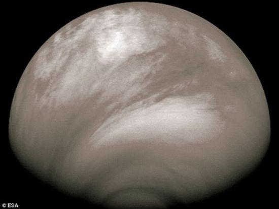 """""""金星快车""""拍摄的图片显示,这颗行星的大气里拥有非常奇怪的云团,这里可能非常冷,甚至能形成干冰"""