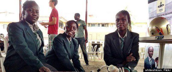 4位非洲少女制造出一种可以使用人的尿液发电的设备,每一升尿液大约可以产生6小时的电力供应