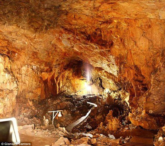 """在希腊发现的新石器时代洞穴,名为""""阿勒珀特里帕""""。考古学家表示这个洞穴可能是古希腊冥王传说的灵感源泉"""