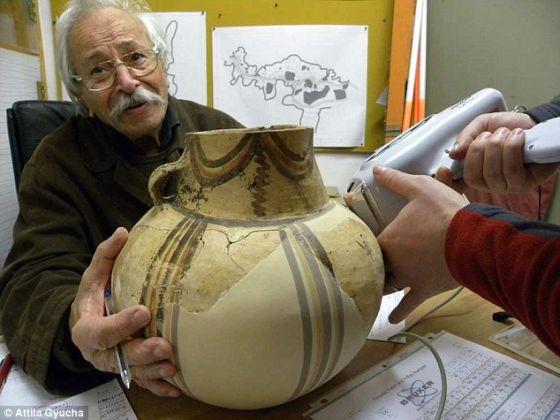 希腊考古学家和迪洛斯考古项目负责人吉奥格斯-帕帕森阿索珀罗斯。他认为古人可能在洞里朝拜,因为他们认为这里是通往地狱的入口