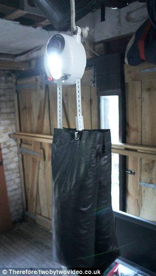 重力灯的制造者称为升起沙袋拉绳子3秒钟可使LED灯泡发光最长30分钟。
