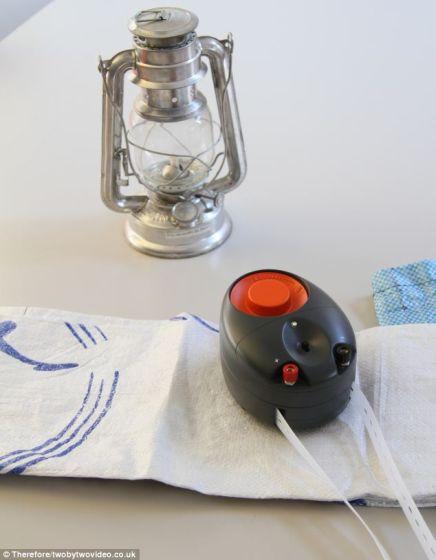 重力灯通过悬挂的袋子发电,最长可持续30分钟。这种装置还可用于为其他小功率灯泡或一部收音机提供动力,或给电池充电。