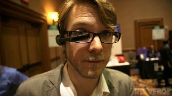眼镜可以直接夹在眼镜架上,也可以固定在头部