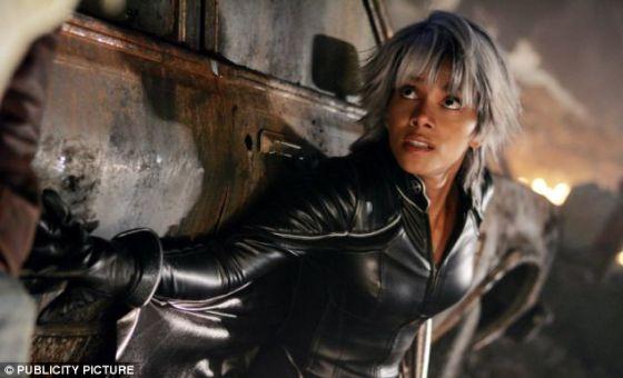 """X战警中由哈利・贝瑞饰演的角色""""风暴女"""",她的超能力可以操控天气"""