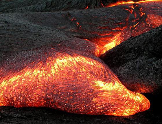 科学家们在水星上观察到奇特的岩石成分差异,这可能是由一个巨大的岩浆洋形成的。随着时间的推移,这个岩浆洋逐渐冷却并形成不同成分的结晶。在冷却之后这个岩浆洋后来又再次发生了熔融,并将大量熔浆以大规模火山爆发的形式抛射至水星地表